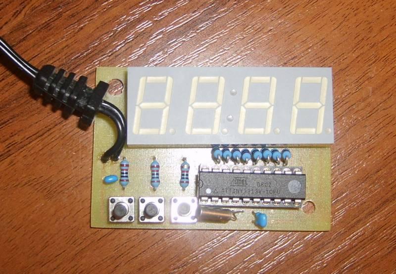 Кнопкой S2 устанавливают минуты, а кнопкой S3 - часы.  Я еще сделал кнопку на сброс (S1), которая позволяет...